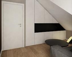 INTERIOR | Dom w Żorach - Średnia biała szara sypialnia dla gości na poddaszu z garderobą, styl nowoczesny - zdjęcie od Manufaktura Projektów