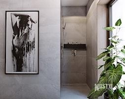 INTERIOR [ 01 ] 2019 - Mała czarna łazienka w bloku w domu jednorodzinnym z oknem, styl nowoczes ... - zdjęcie od Manufaktura Projektów - Homebook