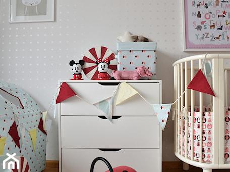 Średni biały pokój dziecka dla chłopca dla dziewczynki dla niemowlaka, styl skandynawski - zdjęcie od Milan design