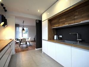 projekt domu w Wiśniowej Górze - Mała otwarta biała czarna kuchnia dwurzędowa z oknem, styl skandynawski - zdjęcie od Piotr Stolarek PROJEKTOWANIE WNĘTRZ