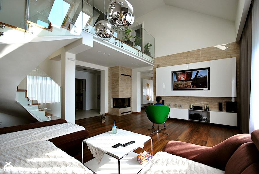 PROJEKT DOMU W SIERADZU 150MKW - Duży kolorowy salon z antresolą, styl nowoczesny - zdjęcie od Piotr Stolarek PROJEKTOWANIE WNĘTRZ