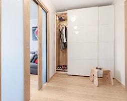 Mieszkanie w Kołobrzegu - Średni beżowy hol / przedpokój, styl nowoczesny - zdjęcie od PracowniaPolka