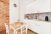 mały stół do niewielkiej kuchni skandynawskiej