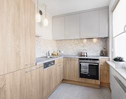 Mieszkanie w Kołobrzegu - Średnia biała kuchnia w kształcie litery l w aneksie, styl nowoczesny - zdjęcie od PracowniaPolka