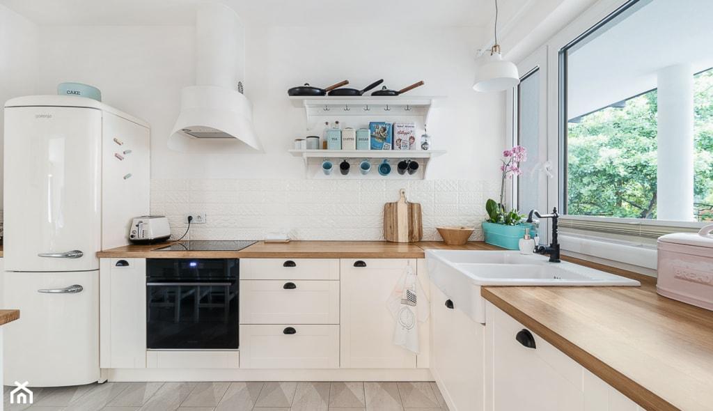 Jaki blat do białej kuchni? 7 sprawdzonych pomysłów projektantów wnętrz  Hom   -> Biala Kuchnia Drewniany Blat Jakie Plytki