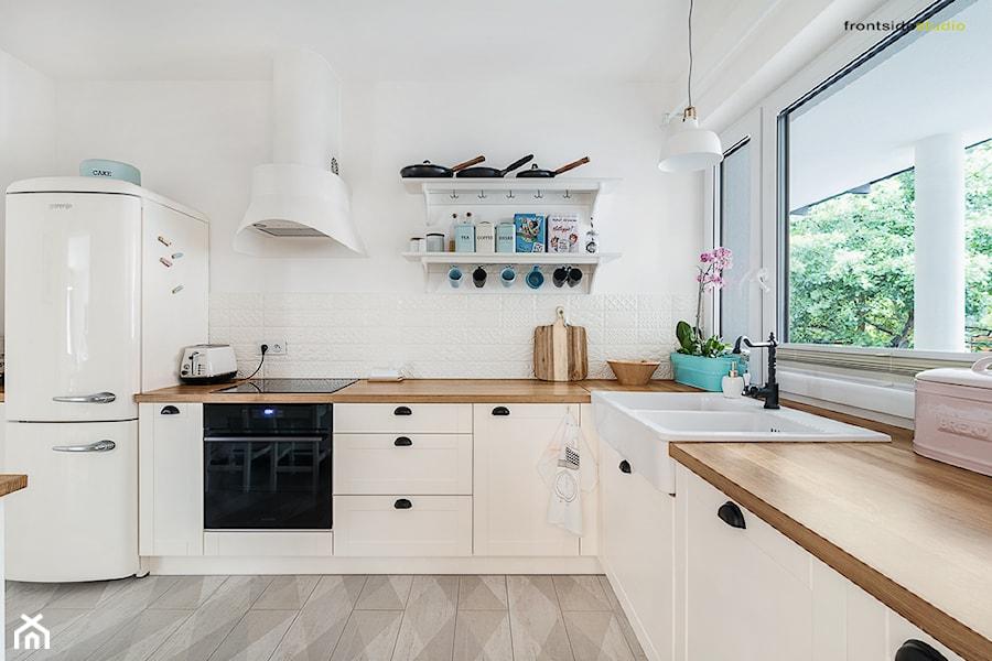 Dom jednorodzinny w Redzie - Duża otwarta biała kuchnia w kształcie litery l w aneksie, styl skandynawski - zdjęcie od PracowniaPolka