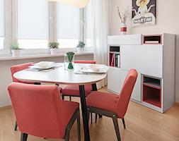 Mieszkanie w Kołobrzegu - Mała otwarta beżowa jadalnia w salonie, styl nowoczesny - zdjęcie od PracowniaPolka