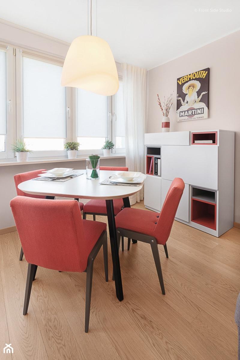 Aranżacje wnętrz - Jadalnia: Mieszkanie w Kołobrzegu - Mała otwarta beżowa jadalnia w salonie, styl nowoczesny - PracowniaPolka. Przeglądaj, dodawaj i zapisuj najlepsze zdjęcia, pomysły i inspiracje designerskie. W bazie mamy już prawie milion fotografii!