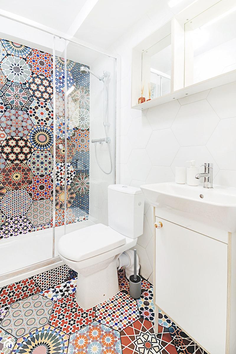Apartament Andaluzyjski - Biała kolorowa łazienka, styl rustykalny - zdjęcie od PracowniaPolka