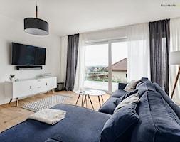 Dom jednorodzinny w Redzie - Średni biały salon z tarasem / balkonem, styl skandynawski - zdjęcie od PracowniaPolka