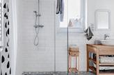 łazienka w stylu skandynawskim, drewniany blat podumywalkowy, kabina walk-in