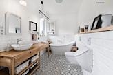 łazienka w stylu skandynawskim, drewniany blat podumywalkowy, białe kafelki, biało-czarne płytki podłogowe