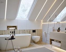 Nowoczesna Stodoła - Średnia biała łazienka na poddaszu w bloku w domu jednorodzinnym z oknem - zdjęcie od Inspira Design