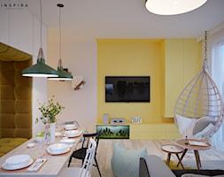 Kolorowa Białołęka - Średni beżowy żółty salon z jadalnią - zdjęcie od Inspira Design