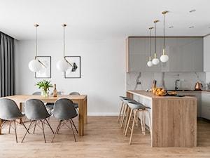 Zielona elegancja - Średnia otwarta biała jadalnia w kuchni, styl nowoczesny - zdjęcie od Studio Projekt
