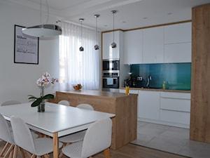 Mieszkanie w Iławie - Średnia otwarta biała kuchnia w kształcie litery l w aneksie z wyspą, styl nowoczesny - zdjęcie od Studio Projekt