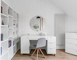 Zielona elegancja - Mały biały pokój dziecka dla chłopca dla ucznia dla nastolatka, styl nowoczesny - zdjęcie od Studio Projekt