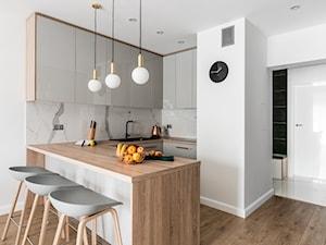 Zielona elegancja - Średnia biała kuchnia w kształcie litery u w aneksie z wyspą, styl nowoczesny - zdjęcie od Studio Projekt