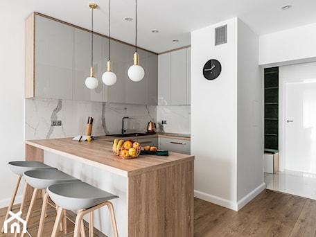 Aranżacje wnętrz - Kuchnia: Zielona elegancja - Średnia biała kuchnia w kształcie litery u w aneksie z wyspą, styl nowoczesny - Studio Projekt. Przeglądaj, dodawaj i zapisuj najlepsze zdjęcia, pomysły i inspiracje designerskie. W bazie mamy już prawie milion fotografii!