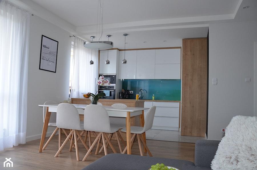 Aranżacje wnętrz - Kuchnia: Mieszkanie w Iławie - Mała otwarta biała kuchnia dwurzędowa w aneksie z wyspą, styl nowoczesny - Studio Projekt. Przeglądaj, dodawaj i zapisuj najlepsze zdjęcia, pomysły i inspiracje designerskie. W bazie mamy już prawie milion fotografii!