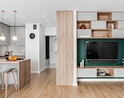 Zielona elegancja - Biały zielony salon z kuchnią z jadalnią, styl nowoczesny - zdjęcie od Studio Projekt