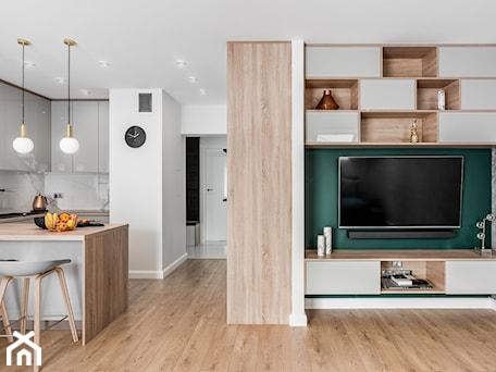 Aranżacje wnętrz - Salon: Zielona elegancja - Biały zielony salon z kuchnią z jadalnią, styl nowoczesny - Studio Projekt. Przeglądaj, dodawaj i zapisuj najlepsze zdjęcia, pomysły i inspiracje designerskie. W bazie mamy już prawie milion fotografii!