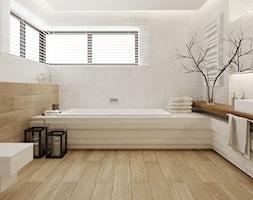 Łazienka w drewnie - Średnia beżowa brązowa łazienka w domu jednorodzinnym z oknem, styl nowoczesny - zdjęcie od Ewelina Witkowska Architektura Wnętrz