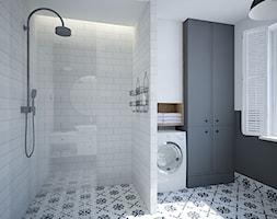 SKANDYNAWSKI DOM W SZEREGÓWCE - Średnia biała czarna łazienka na poddaszu w bloku w domu jednorodzinnym z oknem, styl skandynawski - zdjęcie od MOUD Joanna Swatek