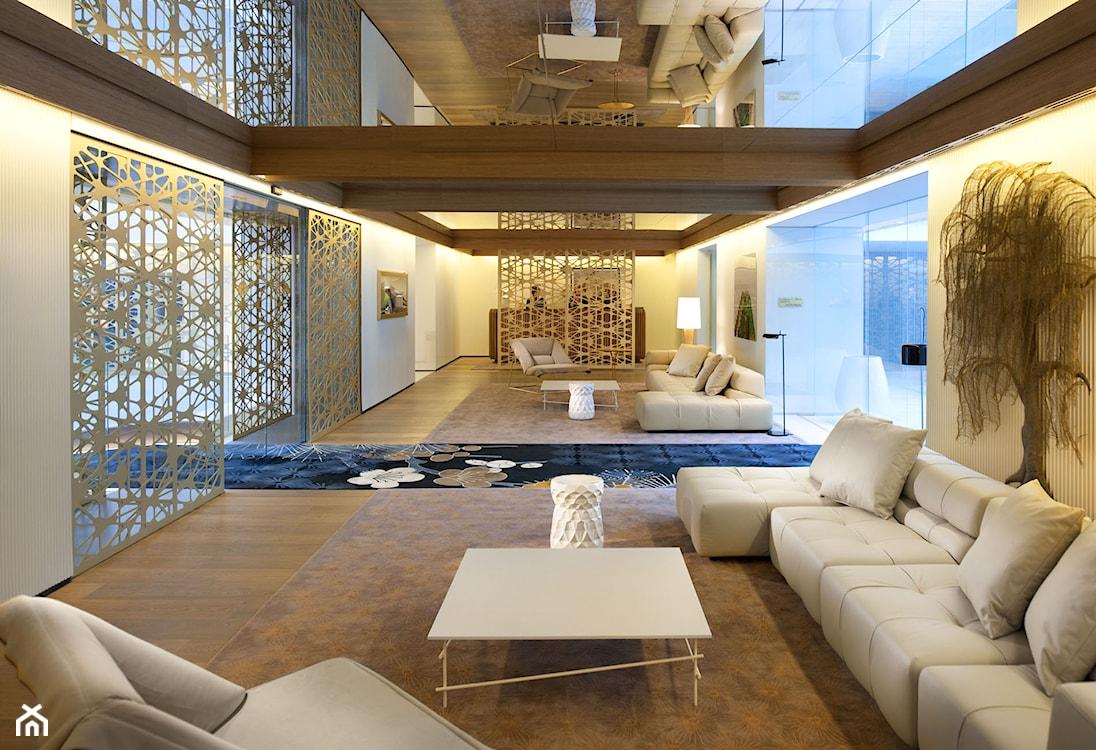 lustro sufitowe, biały narożnik, biały stolik, nowoczesny salon