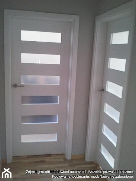 bia�e drzwi i bia�e ściany homebook