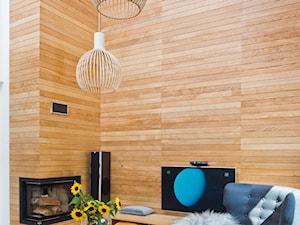 Salon z drewnianą ścianą. - zdjęcie od Miliform