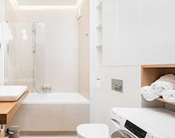 Mieszkanie 36 - metrowe przy muzeum lotnictwa. - Mała beżowa łazienka na poddaszu w bloku w domu jednorodzinnym bez okna, styl nowoczesny - zdjęcie od Miliform