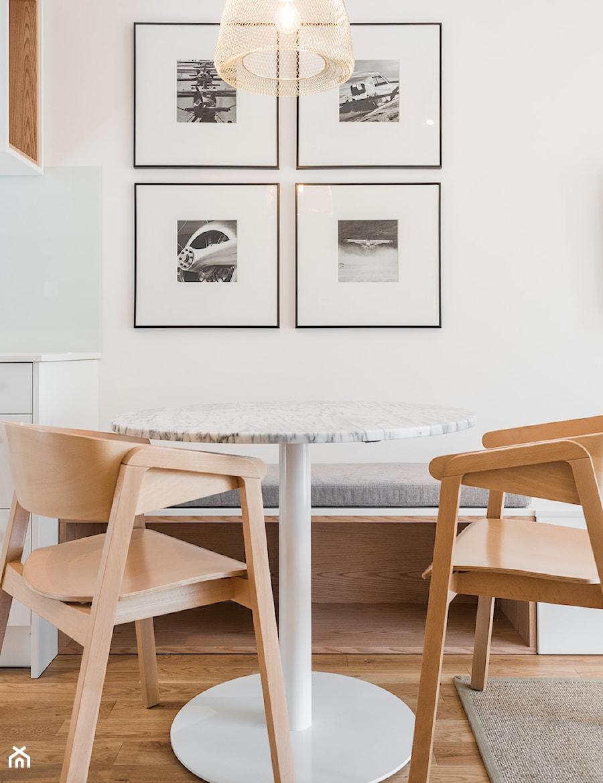 Aranżacje wnętrz - Jadalnia: Mieszkanie 36 - metrowe przy muzeum lotnictwa. - Mała otwarta biała jadalnia w kuchni, styl nowoczesny - Miliform. Przeglądaj, dodawaj i zapisuj najlepsze zdjęcia, pomysły i inspiracje designerskie. W bazie mamy już prawie milion fotografii!