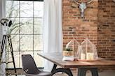 cegła naturalna, szary fotel biurowy, białe zasłony, styl industrialny
