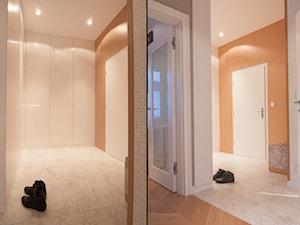 Mieszkanie 60m2 - Średni biały pomarańczowy hol / przedpokój, styl nowoczesny - zdjęcie od Projekt Kolektyw