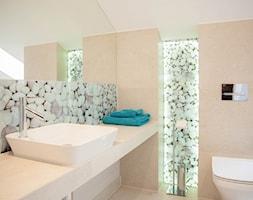 Poddasze 80m - Mała łazienka w domu jednorodzinnym z oknem, styl nowoczesny - zdjęcie od Projekt Kolektyw