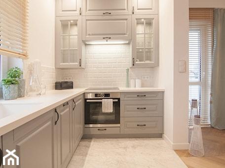 Aranżacje wnętrz - Kuchnia: Mieszkanie 60m2 - Mała otwarta biała kuchnia w kształcie litery l z oknem, styl tradycyjny - Projekt Kolektyw. Przeglądaj, dodawaj i zapisuj najlepsze zdjęcia, pomysły i inspiracje designerskie. W bazie mamy już prawie milion fotografii!