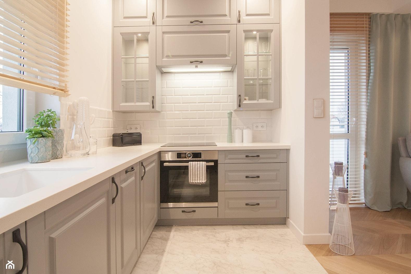 Mieszkanie 60m2 - Mała otwarta biała kuchnia w kształcie litery l z oknem, styl tradycyjny - zdjęcie od Projekt Kolektyw - Homebook