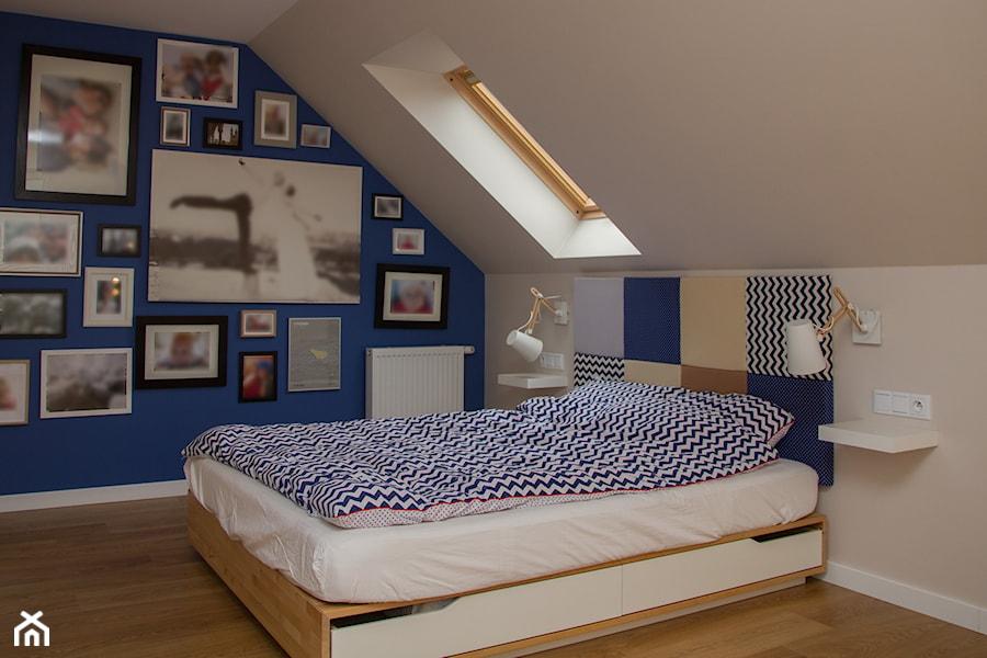 Aranżacje wnętrz - Sypialnia: Dom w Bibicach - Średnia beżowa niebieska sypialnia małżeńska na poddaszu, styl skandynawski - ML Projekt. Przeglądaj, dodawaj i zapisuj najlepsze zdjęcia, pomysły i inspiracje designerskie. W bazie mamy już prawie milion fotografii!