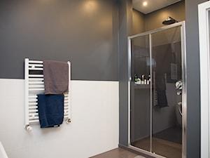 Dom w Bibicach - Średnia biała szara łazienka w bloku bez okna, styl minimalistyczny - zdjęcie od ML Projekt