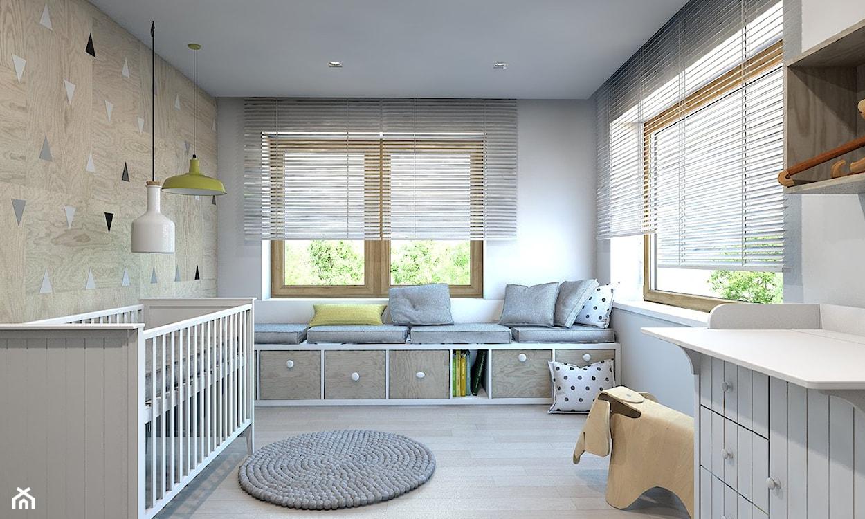 podłoga z jasnego drewna, białe rolety wewnętrzne, żółta lamp wisząca, drewniana ściana z biało-czarnymi trójkątami