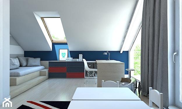pokój na poddaszu, szare zasłony, granatowo-czerwona komoda, białe krzesła