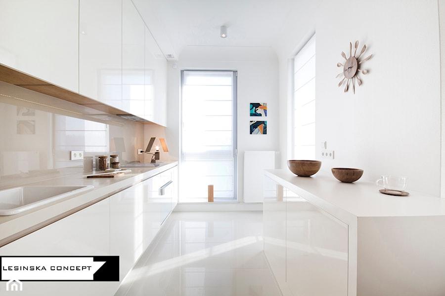 APARTAMENT POKAZOWY - Średnia wąska biała beżowa kuchnia dwurzędowa w aneksie, styl skandynawski - zdjęcie od LESINSKA CONCEPT