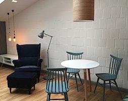 APARTAMENT W KARAKOWIE - Mała otwarta biała jadalnia w salonie, styl industrialny - zdjęcie od LESINSKA CONCEPT
