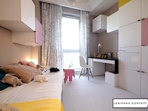 APARTAMENT POKAZOWY - Średni beżowy pokój dziecka dla dziewczynki dla ucznia dla nastolatka, styl skandynawski - zdjęcie od LESINSKA CONCEPT
