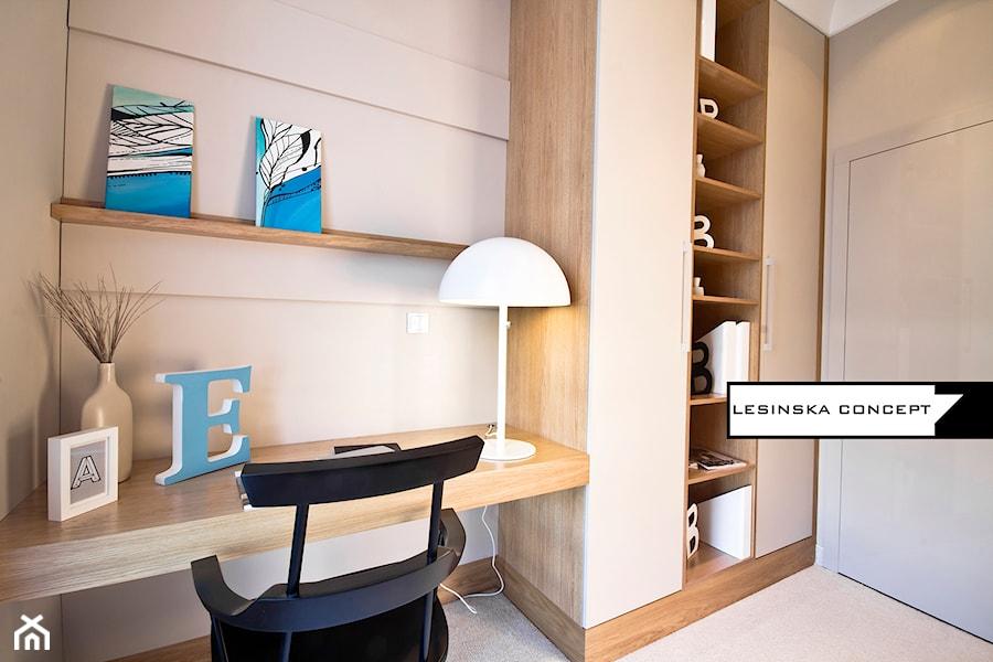 APARTAMENT POKAZOWY - Średnie beżowe biuro kącik do pracy w pokoju, styl skandynawski - zdjęcie od LESINSKA CONCEPT