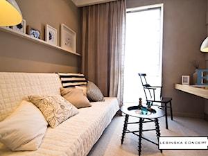 APARTAMENT POKAZOWY - Małe beżowe biuro kącik do pracy w pokoju, styl skandynawski - zdjęcie od LESINSKA CONCEPT
