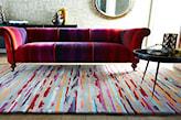 czerwona sofa i kolorowy dywanik