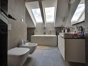 Betonovo - Duża beżowa łazienka na poddaszu w domu jednorodzinnym z oknem, styl nowoczesny - zdjęcie od Art-Deko Anna Lachmann Pracownia Projektowa