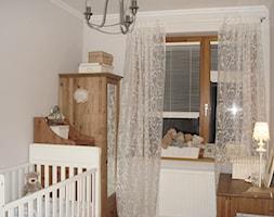 mieszkanie rodziny 65m2 - Mały szary pokój dziecka dla chłopca dla dziewczynki dla niemowlaka dla malucha, styl klasyczny - zdjęcie od rooMore